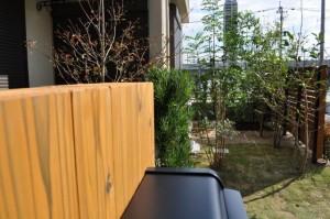 天然木の門柱や目隠しフェンス